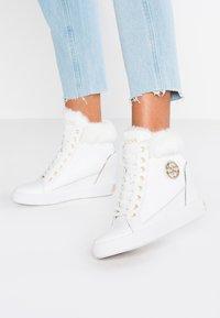 Guess - Sneakers hoog - white - 0