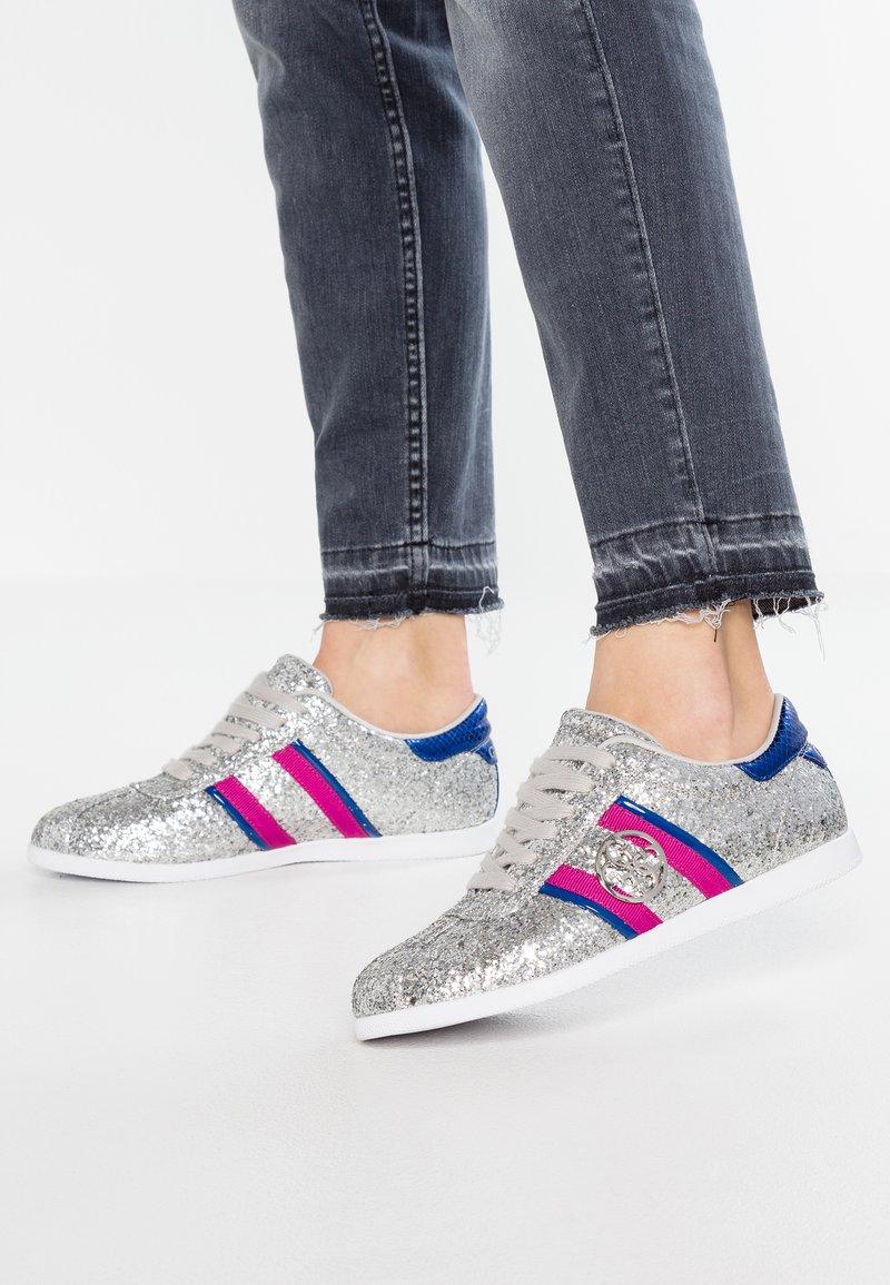 Guess - RYLINN - Sneakersy niskie - silver