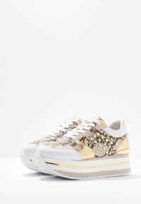 Guess - HUMBULL - Sneakers laag - brown - 4