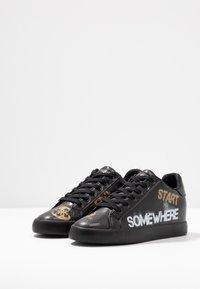 Guess - PAINTED - Sneakers laag - black - 4