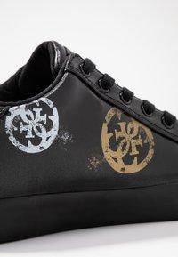 Guess - PAINTED - Sneakers laag - black - 2