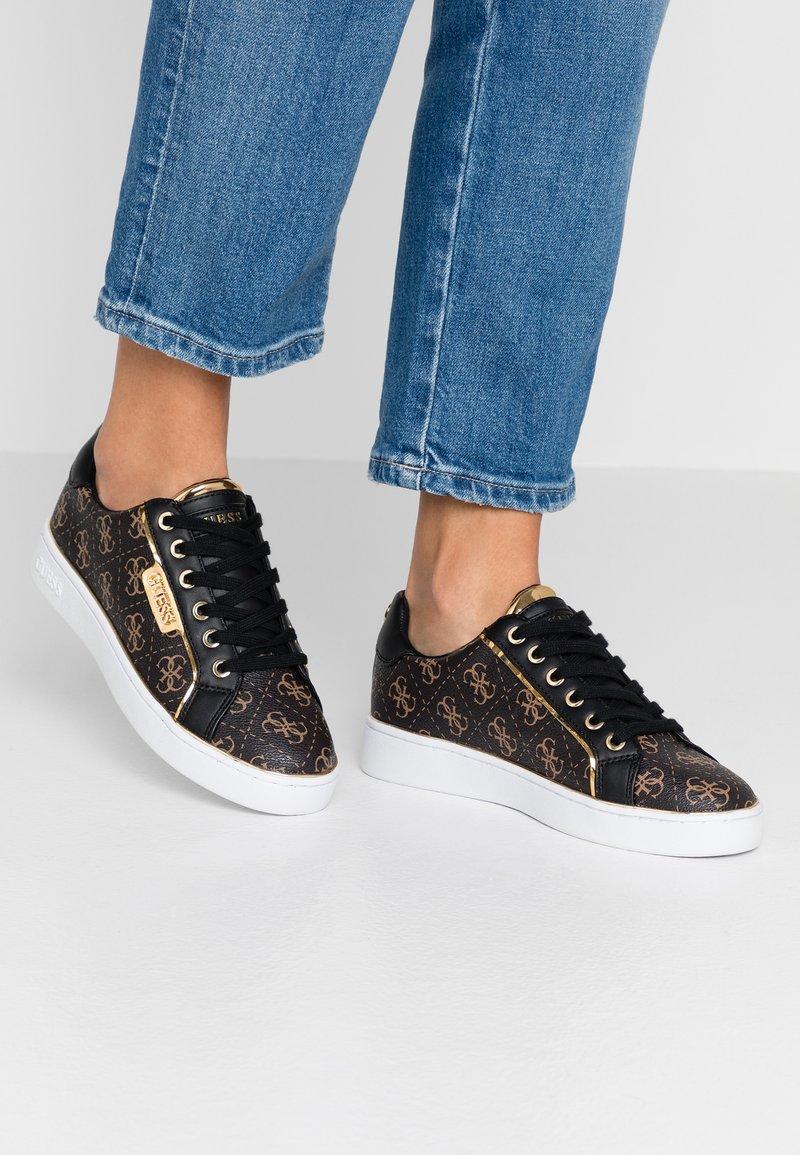 Guess - BANQ - Sneakers basse - bronze/black
