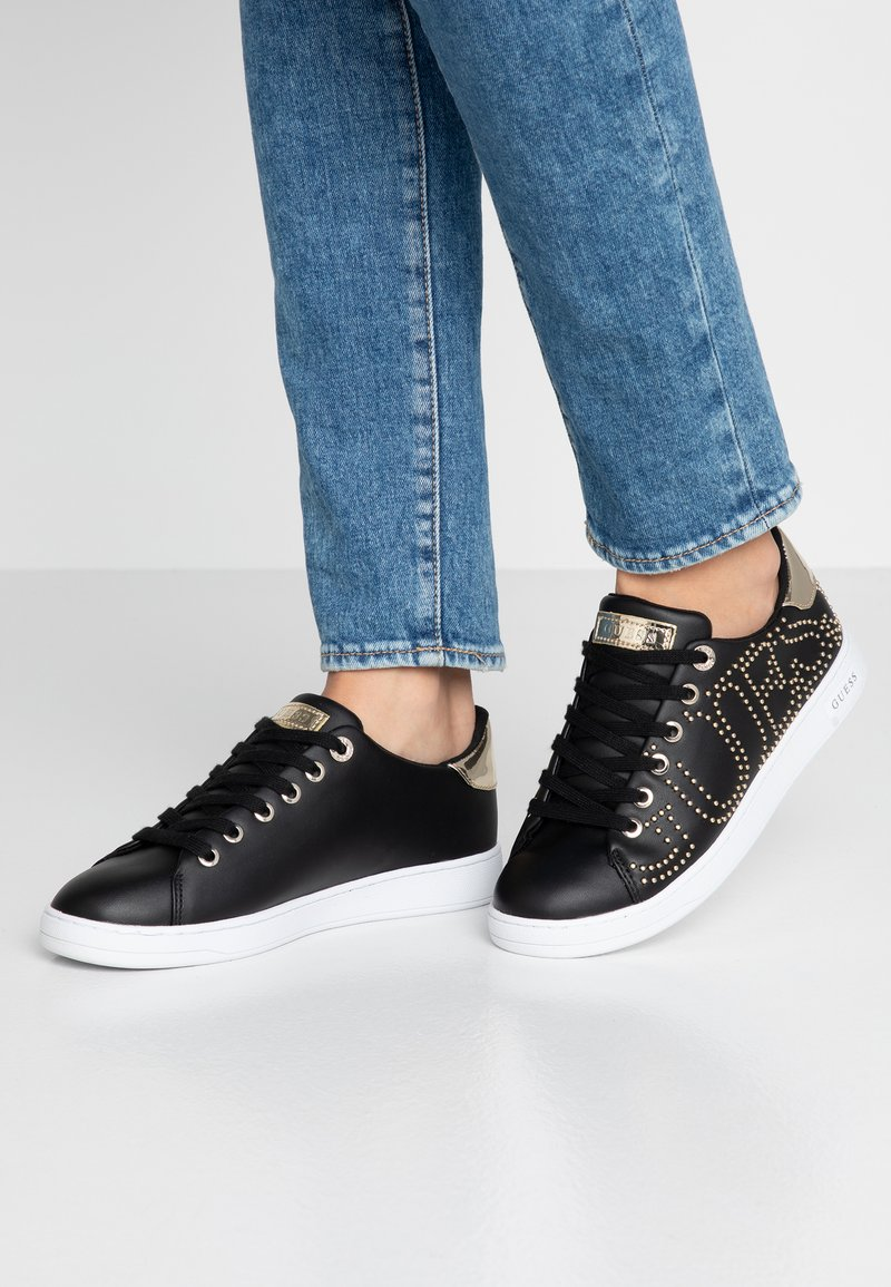 Guess - CATER - Baskets basses - black/gold