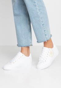 Guess - PICA - Tenisky - white - 0