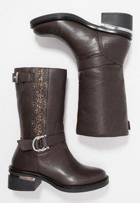 Guess - FINNIE - Cowboystøvler - brown - 3