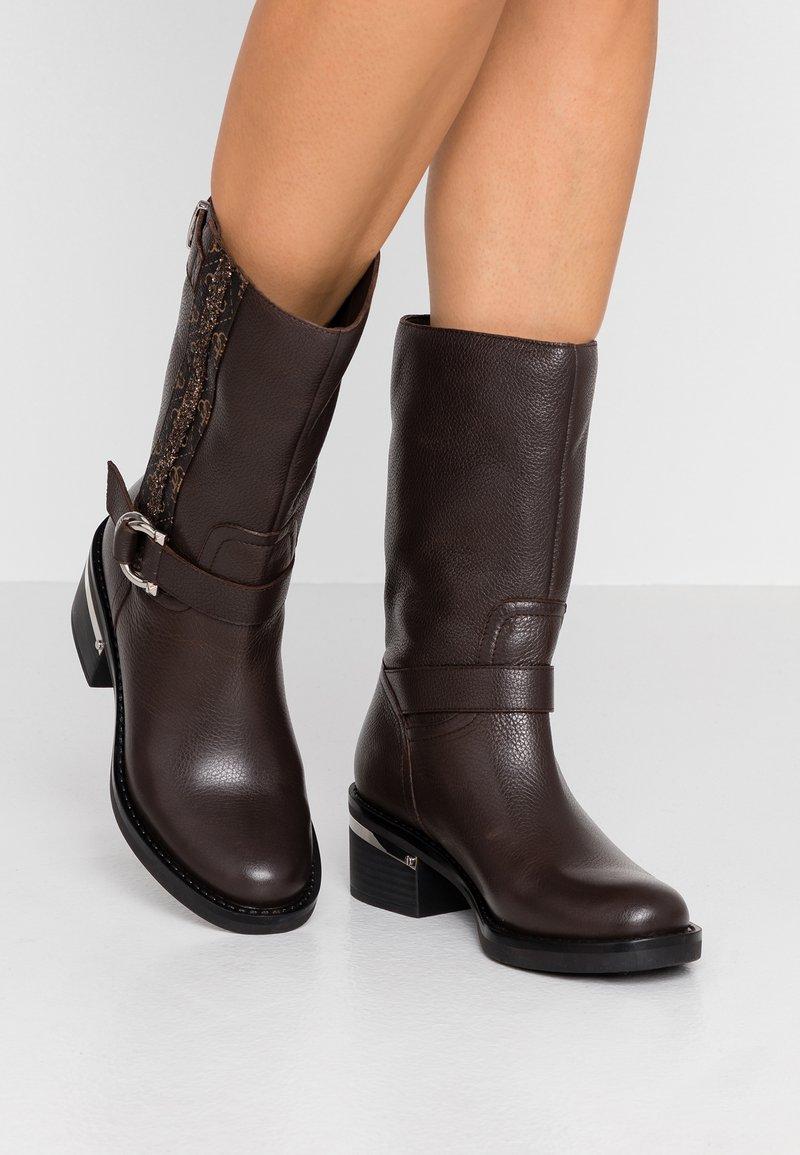 Guess - FINNIE - Cowboystøvler - brown