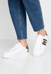 Guess - GLITZY - Sneakers laag - white - 0