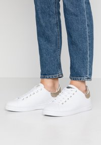 Guess - CHARLEZ SPECIAL - Sneakers basse - white - 0