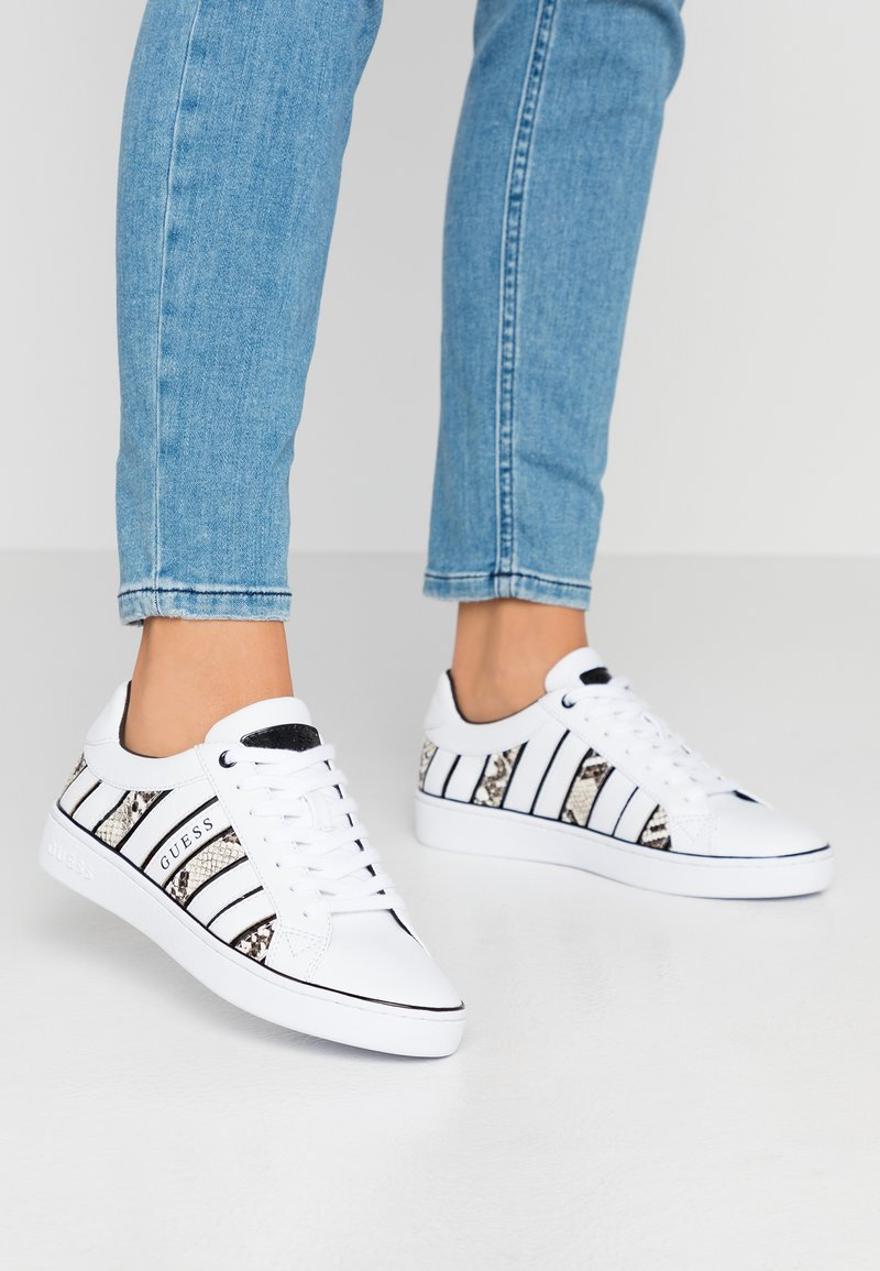 Guess - BOLIER - Sneakersy niskie - white