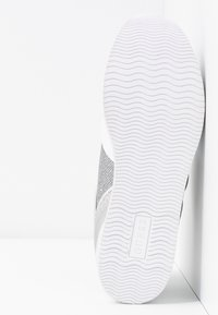 Guess - DEALY - Sneakers basse - white/silver - 6