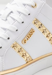 Guess - FAYNE - Sneakers laag - white/gold - 2
