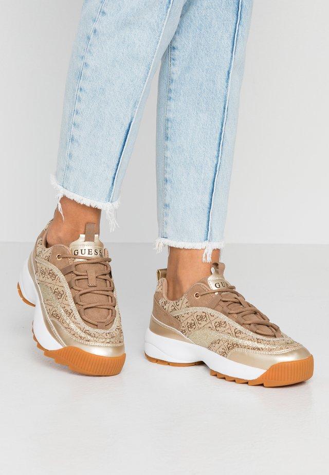 KAYSIE - Sneakers laag - beige/brown