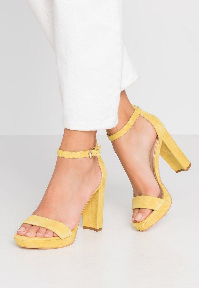 OMERE - Sandalen met hoge hak - yellow