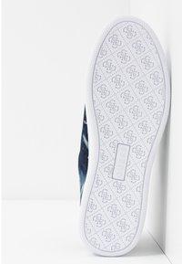 Guess - RIDER - Sneakersy niskie - denim - 6