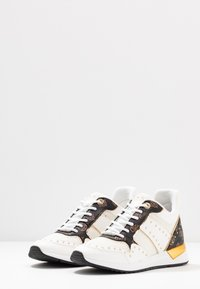 Guess - REJJY - Joggesko - white/brown - 4