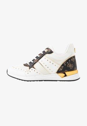 REJJY - Sneakers - white/brown