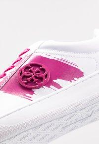Guess - REIMA - Sneakersy niskie - white/fuxia - 2