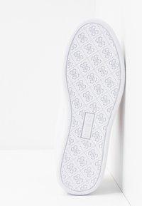 Guess - REIMA - Sneakersy niskie - white/fuxia - 6