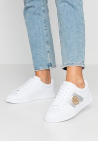 Guess - REIMA - Sneakersy niskie - white/gold - 0