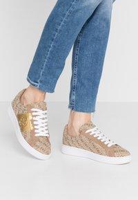 Guess - REIMA - Sneakersy niskie - beige/brown - 0