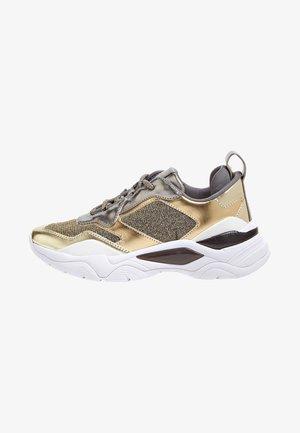 MIT EINSÄTZEN IN METALLIC- UND GLITZEROPTIK - Sneakers laag - gold