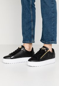 Guess - FIGGI - Sneakersy niskie - black - 0