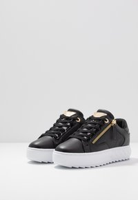Guess - FIGGI - Sneakersy niskie - black - 4