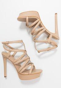 Guess - ELERI - Korolliset sandaalit - beige neutro - 3