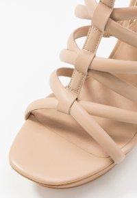 Guess - ELERI - Korolliset sandaalit - beige neutro - 2