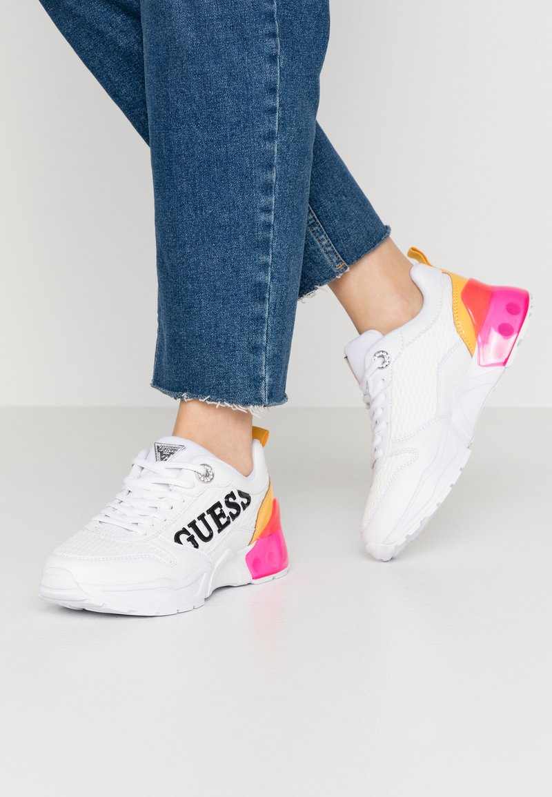 Guess - TANDEY - Sneaker low - white/pink