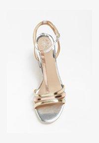 Guess - MAISE SANDALEN METALLIC - Sandals - gold - 1