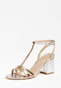 Guess - MAISE SANDALEN METALLIC - Sandals - gold - 3