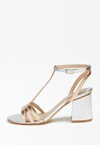 Guess - MAISE SANDALEN METALLIC - Sandals - gold - 0