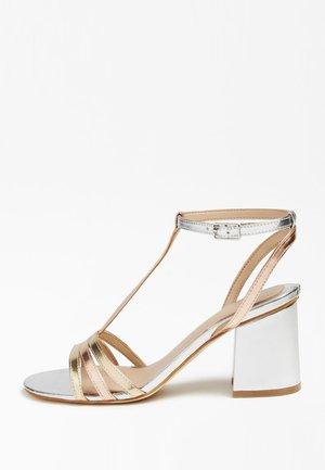 MAISE SANDALEN METALLIC - Sandals - gold