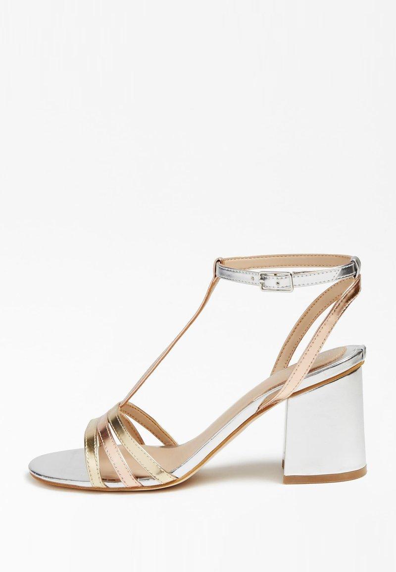 Guess - MAISE SANDALEN METALLIC - Sandals - gold
