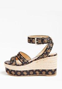 Guess - SANDALE COMPENSEE LATANYE LOGO - High heeled sandals - marron foncé - 0
