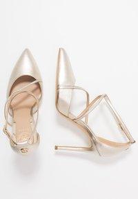 Guess - CLAUDIE - Zapatos altos - platin - 4