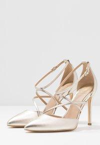 Guess - CLAUDIE - Zapatos altos - platin - 3