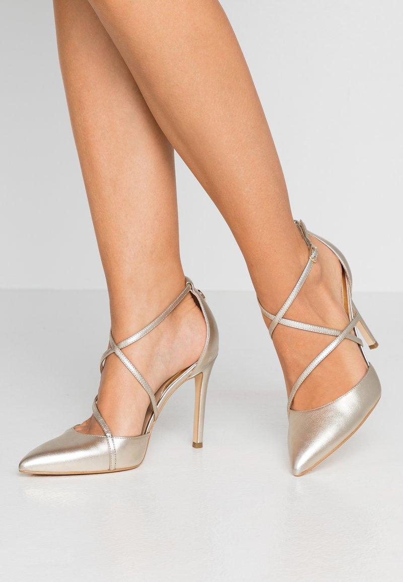 Guess - CLAUDIE - Zapatos altos - platin
