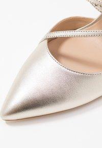 Guess - CLAUDIE - Zapatos altos - platin - 2