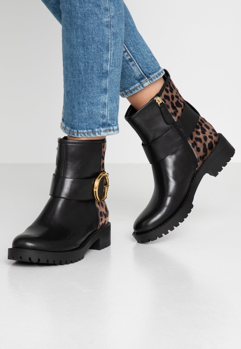 Guess - HADASAN - Stiefelette - brown