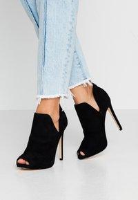 Guess - AUBRY - Kotníková obuv na vysokém podpatku - black - 0