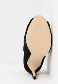 Guess - AUBRY - Kotníková obuv na vysokém podpatku - black - 6