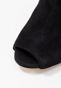 Guess - AUBRY - Kotníková obuv na vysokém podpatku - black - 2