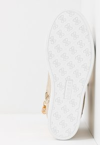 Guess - FREETA - Sneakersy wysokie - beige/brown - 6