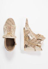 Guess - FREETA - Sneakersy wysokie - beige/brown - 3