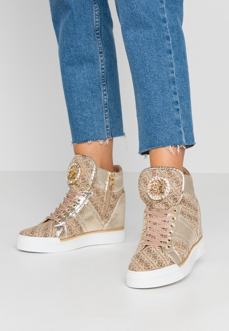 Guess - FREETA - Sneakersy wysokie - beige/brown