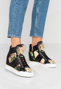 Guess - FREETA - Sneakersy wysokie - multicolor - 0