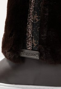 Guess - Kiilakorkonilkkurit - dark brown - 2