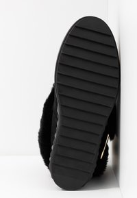 Guess - FELLO - Kotníkové boty na klínu - black - 6